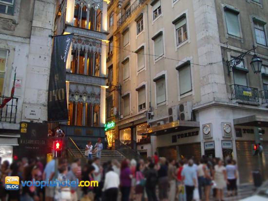 Fila all'entrata dell'elevador di Santa Justa a Lisbona
