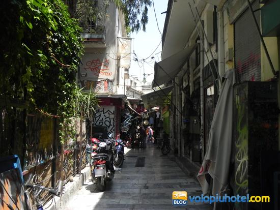 Le vie del mercato delle pulci ad Atene