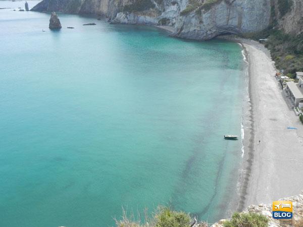 La spiaggia completa di Frontone a Ponza