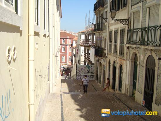 Un vicolo del Bairro Alto a Lisbona