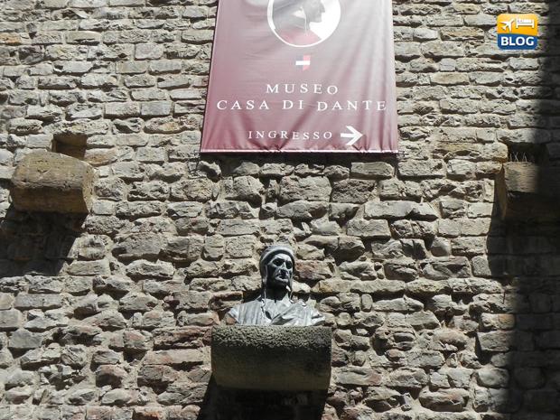 Busto nella piazza di Dante