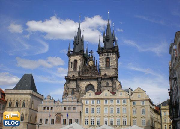 La chiesa di Santa Maria di Tyn a Praga dalla piazza