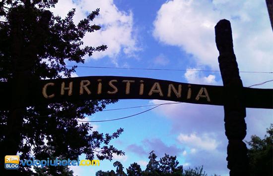 Pannello che indica l'entrata di Christiania
