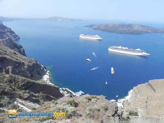 Una crociera Costa e Msc al porto di Santorini