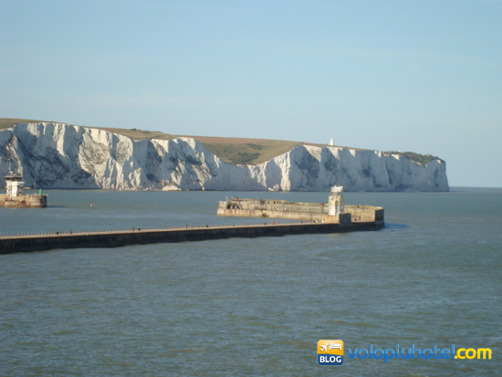 Le scogliere di Dover e il faro