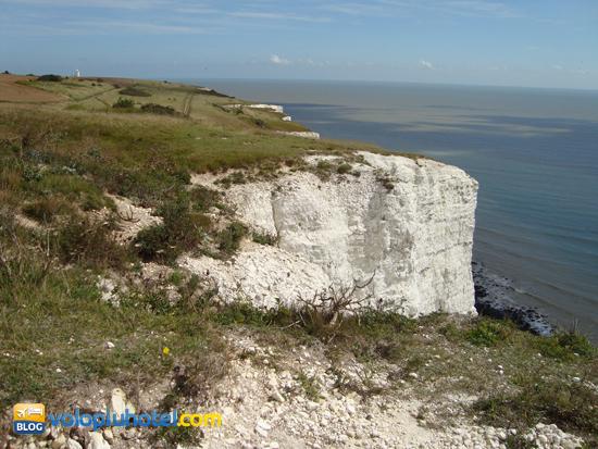 Le scogliere di Dover e il faro in lontananza