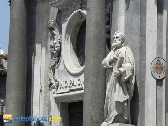 Statua all'estarno sulla facciata del Duomo