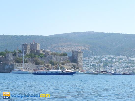 Un catamarano accanto al castello di Bodrum