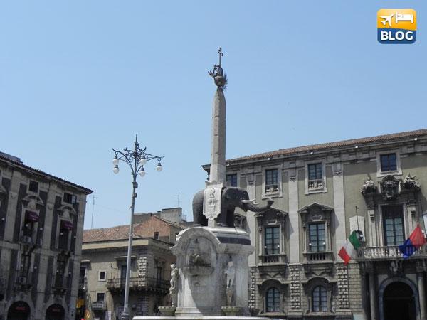 Piazza del Duomo con la Fontana dell'Elefante a Catania