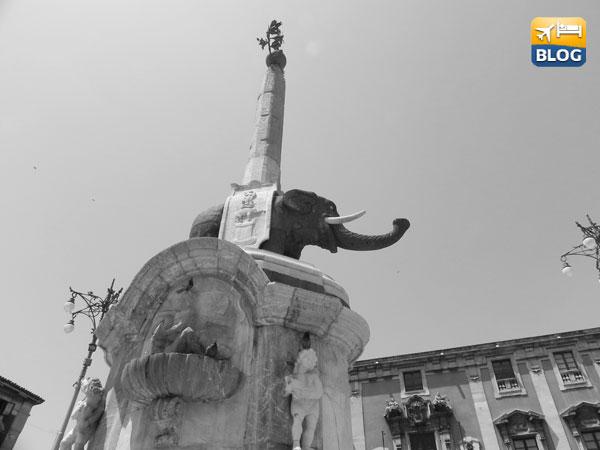La fontana dell'elefante vista dal basso