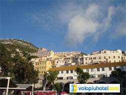 Piazza e veduta del Castello Moresco