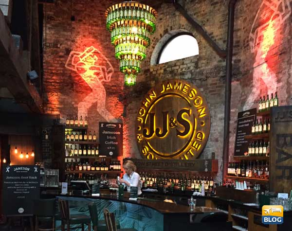 Bar all'entrata della Jameson Old Distillery Dublino