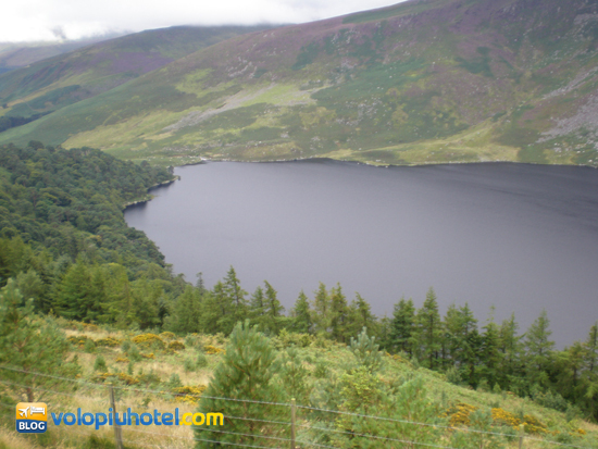 Le acque scure del Lough Tay a Dublino