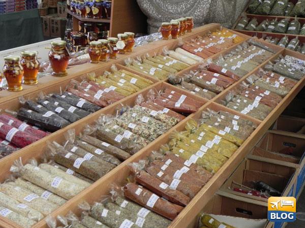 I banchi del mercato con le spezie