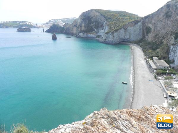 Spiaggia di Cala Frontone a Ponza