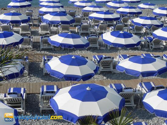 Ombrelloni e lettini sulla Promenade des Anglais