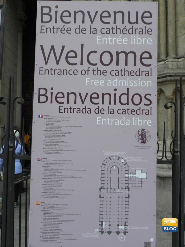 Cartello posto all'entrata della Cattedrale di Notre-Dame a Parigi