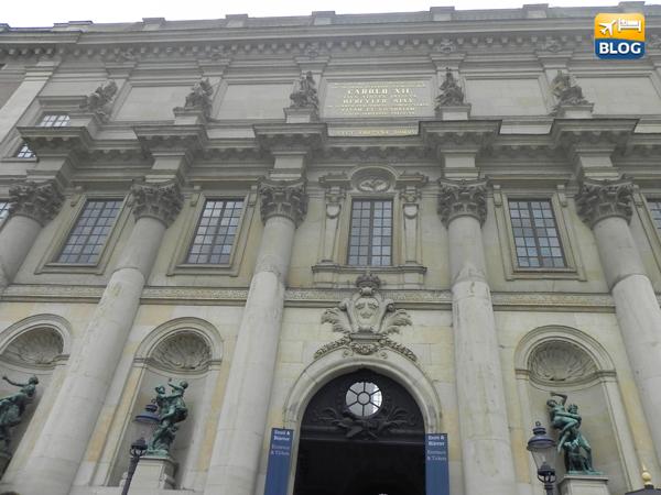Una delle entrate del palazzo