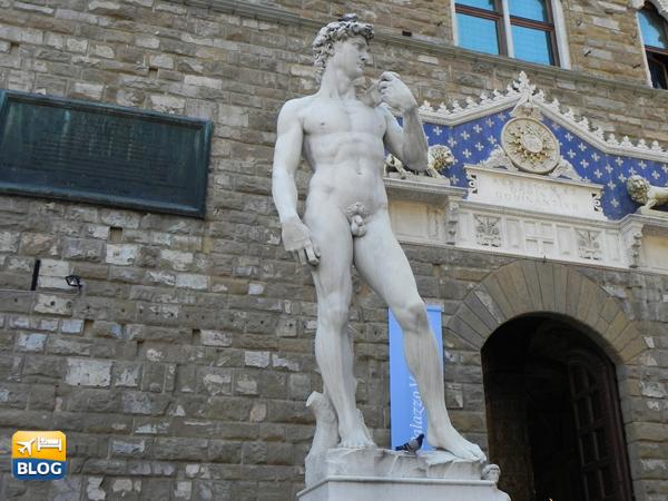 Statua del David ai piedi del Palazzo Vecchio a Firenze