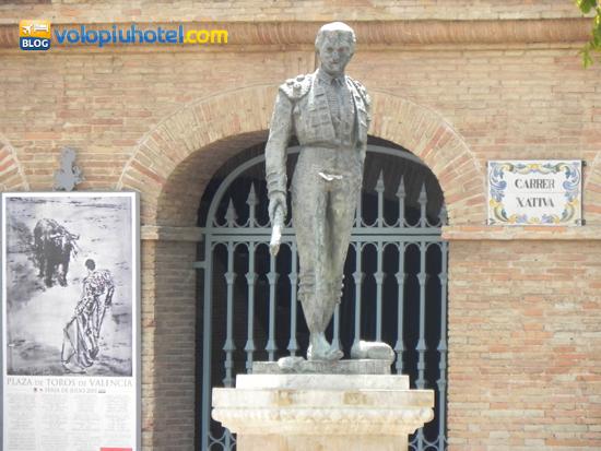 Statue di famosi toreri all'esterno della Plaza de Toros