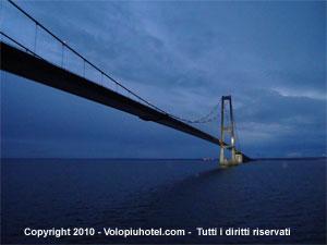 Immagine notturna del ponte