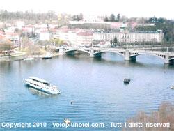 Visuale del ponte dal fiume