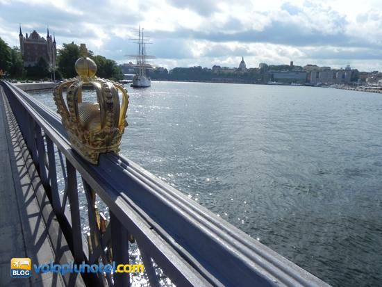 La corona sul parapetto del ponte