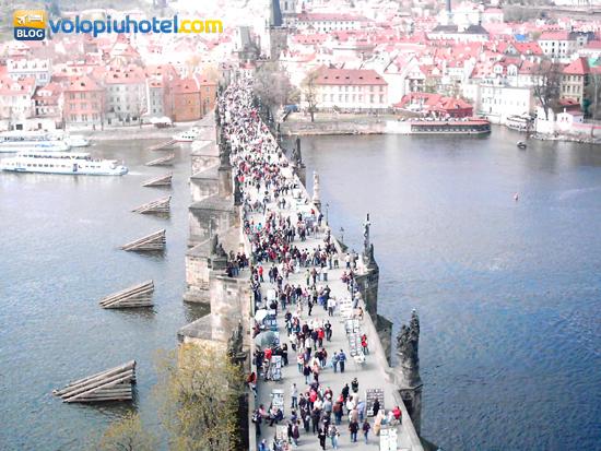 Turisti su Ponte Carlo a Praga