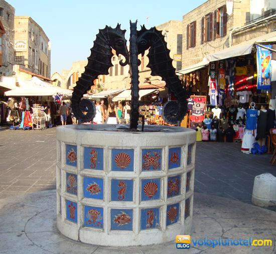 La fontana dei cavallucci marini nel quartiere ebraico di Rodi