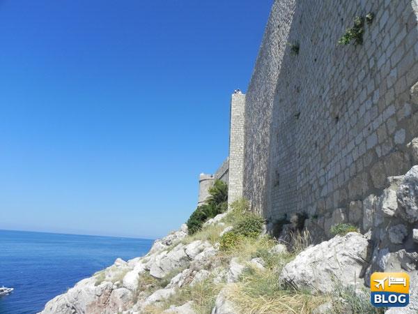 Le antiche mura e il mare a Dubrovnik