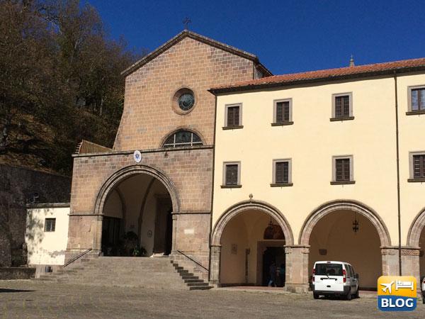 Facciata del Santuario di Santa Maria dei Làttani a Roccamonfina