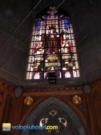 Una delle vetrate poste al primo piano del monumento