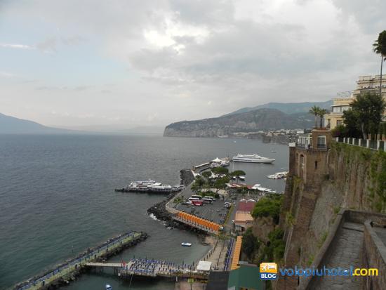 Veduta dall'alto del porto di Sorrento