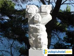 Statua con pietra di Brazza