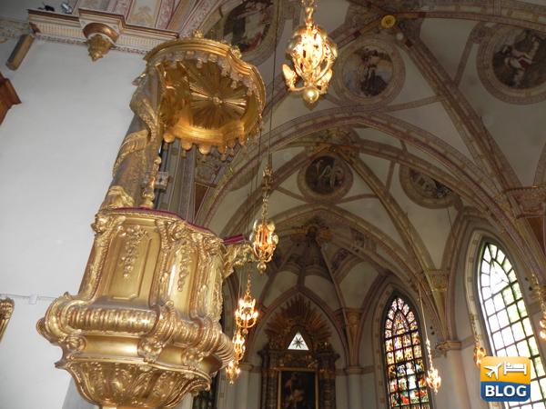 Pulpito all'interno della chiesa