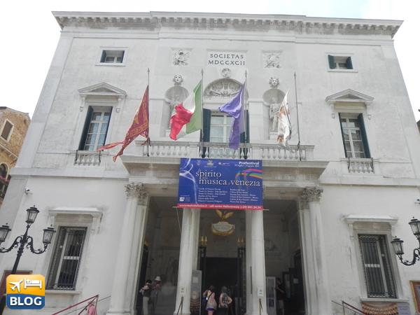 Facciata del Teatro La Fenice di Venezia