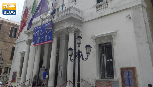 Ingresso del teatro La Fenice a Venezia