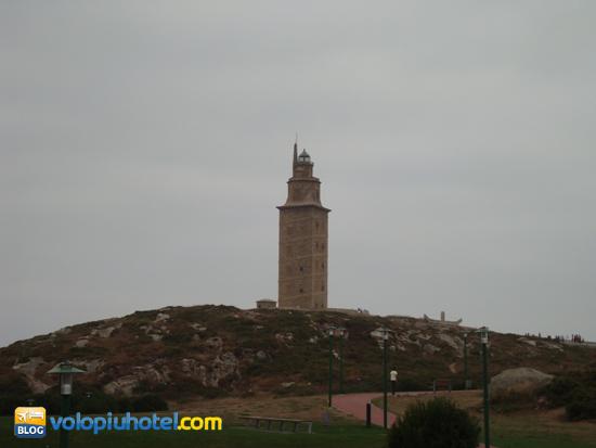 Veduta della torre di Ercole a La Coruña dalla strada