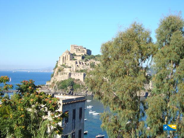 Torre di Guevara con il Castello Aragonese