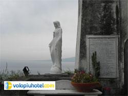 Statua della Madonna accanto alla chiesa della SS. Annunziata