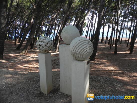 Statue che si incontrano quando si va a piedi verso Zlatni Rat